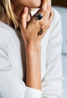 Primo piano del tatuaggio della mano di una donna