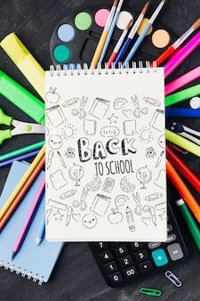 Primo piano di nuovo a scuola con il blocco note