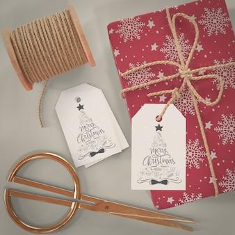 Proceso de envoltura de regalos en la maqueta de casa