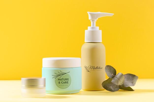 Prodotti cosmetici in contenitori con pianta