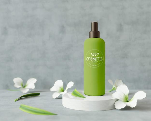 Producto cosmético en un soporte con flores.