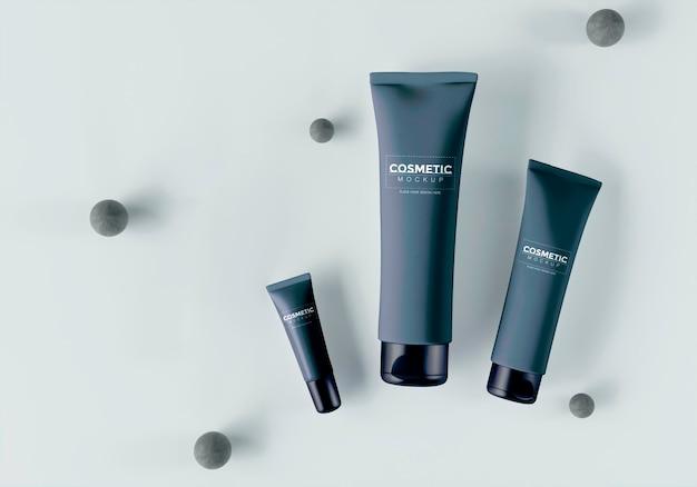 Productos cosméticos con esferas y hojas.