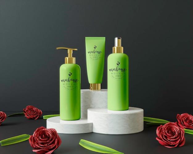 Productos cosméticos en un podio con flores.