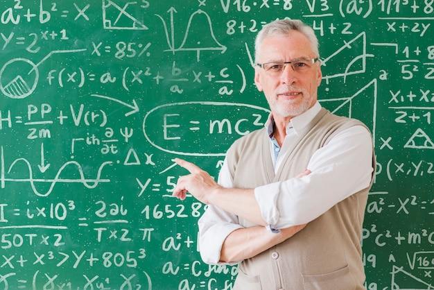 Profesor de matemáticas mostrando fórmulas a bordo