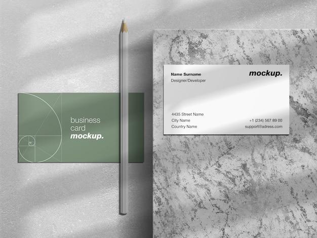 Professionele visitekaartjes met potlood en schaduw overlay mockup