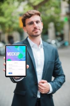 Professionele zakenman die een tablet houdt