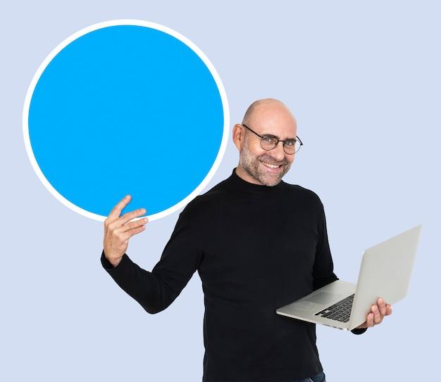 Programador sosteniendo un círculo en blanco