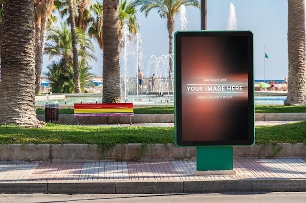 Pubblicità all'aperto del tabellone per le affissioni nel modello della città di stazione balneare