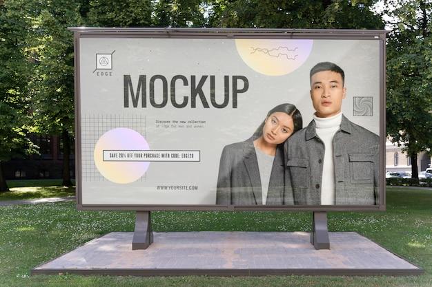 Publicidad callejera con gente de moda.