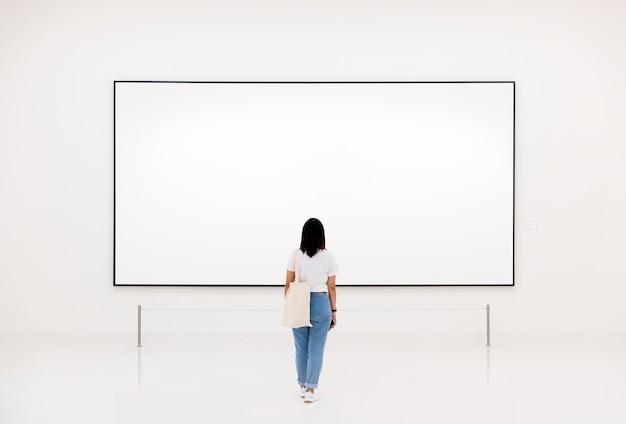 Publiek dat van kunsttentoonstelling geniet