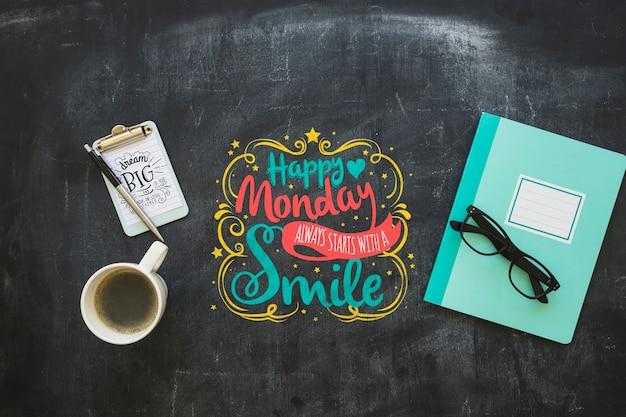 Quote mockup op schoolbord met koffie