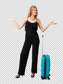 Ragazza bionda che viaggiano con la sua valigia orgogliosa e soddisfatta di se stessi concetto