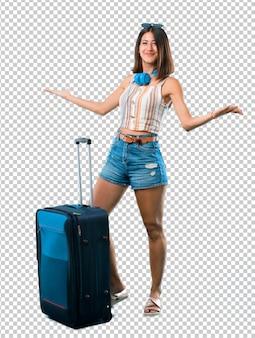 Ragazza che viaggia con la sua valigia orgogliosa e soddisfatta di se stessi concetto