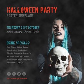 Ragazza dai capelli blu del primo piano che tiene una festa di halloween del cranio