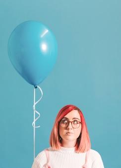 Ragazza dai capelli rosa con un palloncino