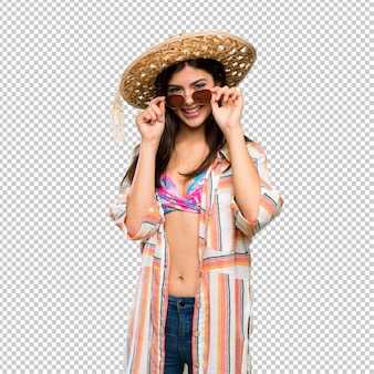 Ragazza dell'adolescente in vacanza estiva con gli occhiali e sorpreso