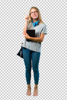 Ragazza dello studente con i vetri che indica con il dito indice un'ottima idea e cercare