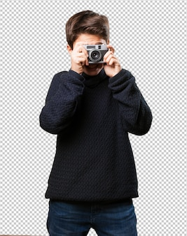 Ragazzino che tiene una macchina fotografica