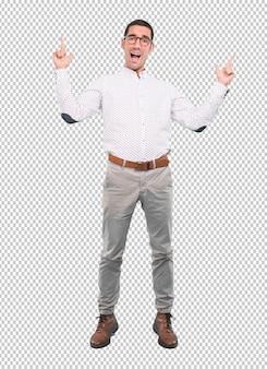 Ragazzo felice con la celebrazione del gesto con le mani rivolte verso l'alto