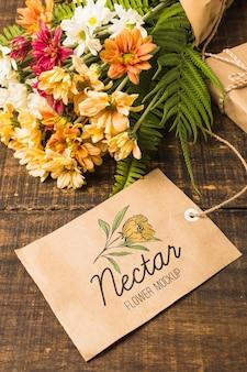 Ramo de flores con etiqueta de maqueta