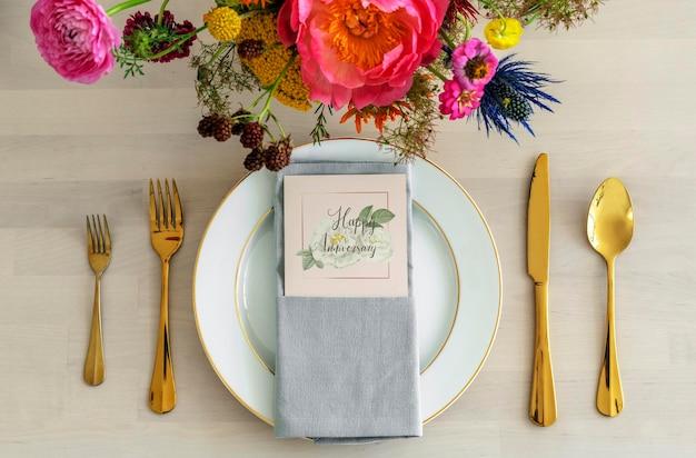 Ramo de flores con una maqueta de tarjeta en un plato blanco