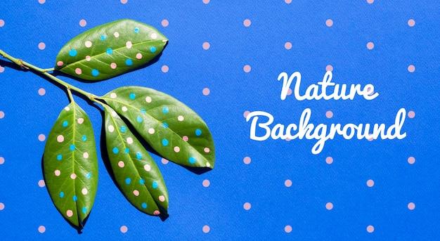 Ramo realistico con foglie dipinte