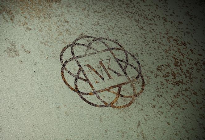 Realistico logo arrugginito mock-up sul vecchio muro di metallo