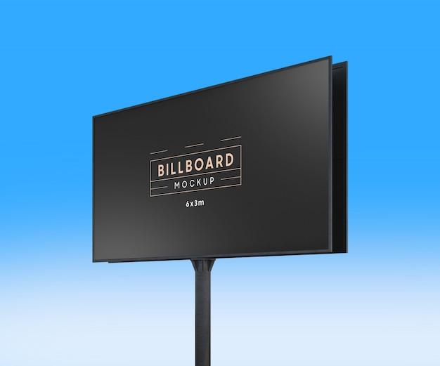 Realistisch aanplakbordmodel op blauwe hemelachtergrond