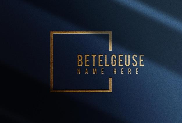 Realistisch goud reliëf logo blauw papier