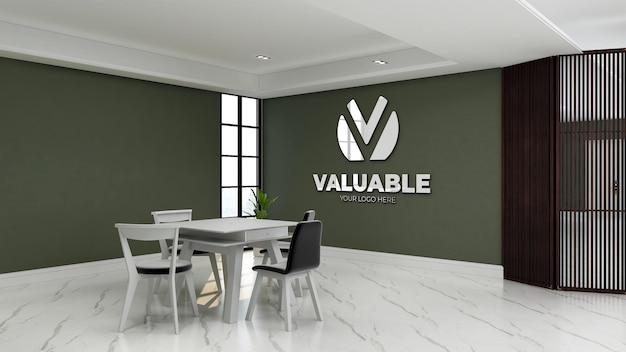Realistisch logomodel in de kantoorvergaderruimte met groene muur