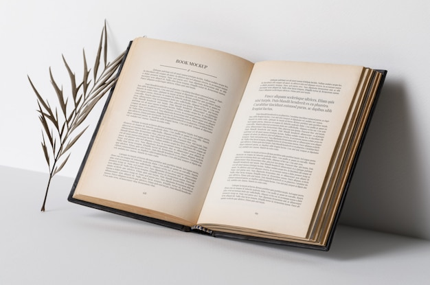 Realistisch open boek met interieur mockup, droge bladeren