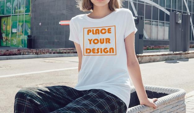 Realistisch vrouwelijk t-shirtmodel