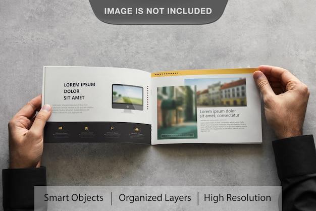 Realistische landschapsbrochure mockup