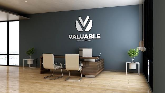 Realistische mockup met bedrijfslogo in houten kantoormanagerkamer