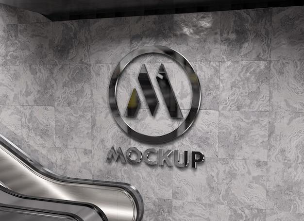 Reflecterend 3d-logo op de muur van het metrostation