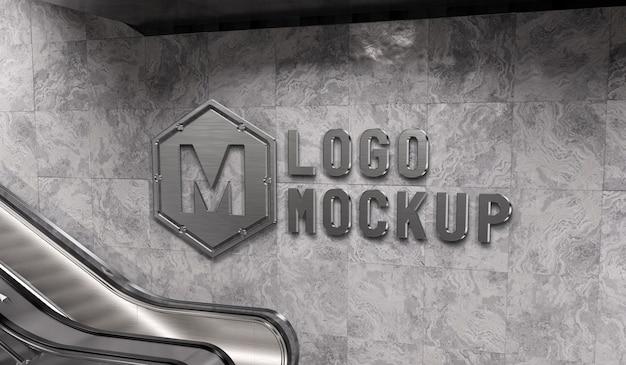 Reflecterend logo op de muur van het metrostation