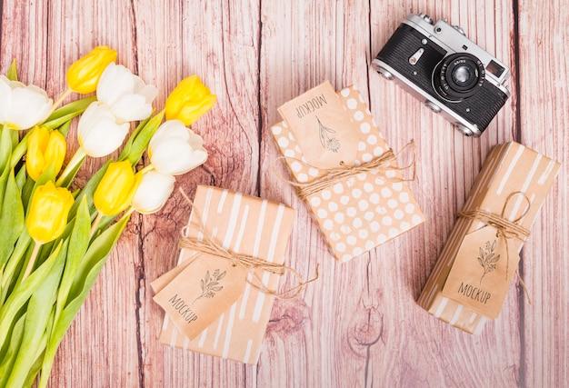 Regali di anniversario vista dall'alto con fiori e macchina fotografica