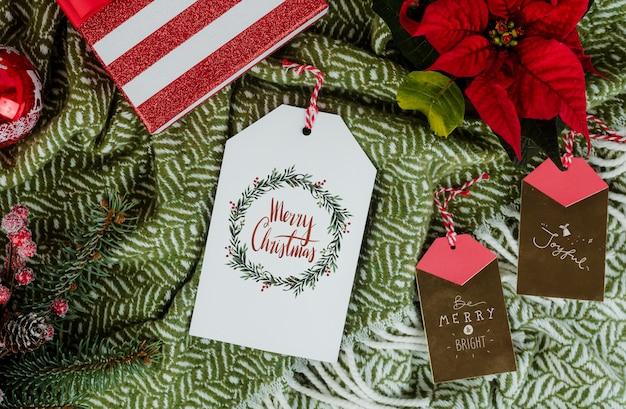 Regalo de navidad con etiquetas de tarjetas de felicitación.