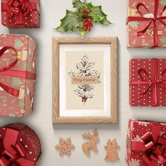 Regalos alrededor de pintura con tema navideño