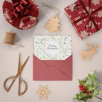 Regalos envueltos y tarjeta de navidad