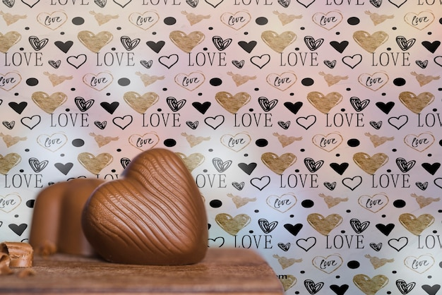 Regeling met hartvormige chocoladetaart