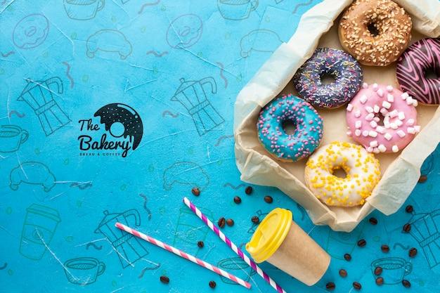 Regeling van bestrooide kleurrijke donuts met
