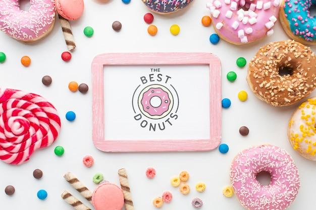 Regeling van kleurrijke donuts en snoepjes met frame mock-up