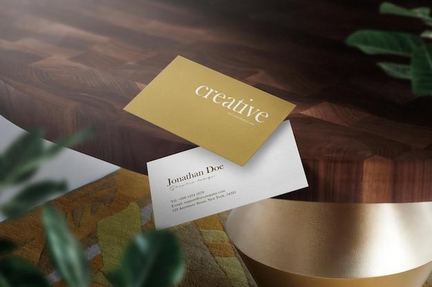 Reinig minimaal visitekaartje mockup op houten tafel met bladeren