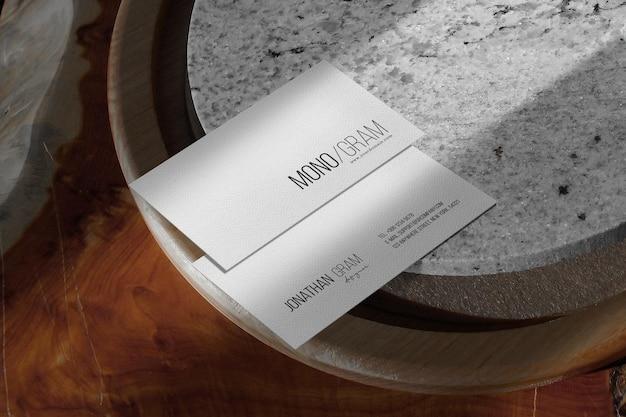 Reinig minimaal visitekaartje mockup op stenen marmeren plaat