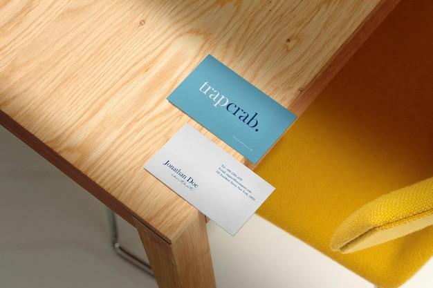 Reinig minimaal visitekaartje mockup op tafelhoek