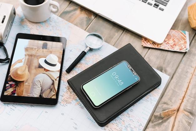 Reisconcept met smartphone en tablet