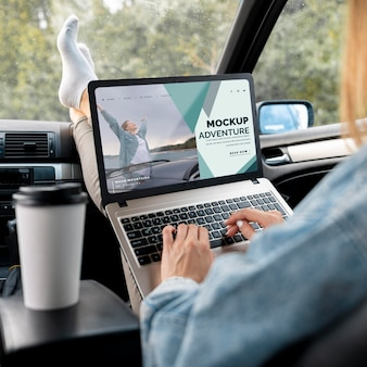 Reiziger met een mock-up laptop