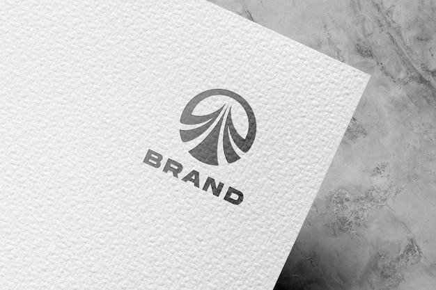 Reliëf logo mockup op wit papier