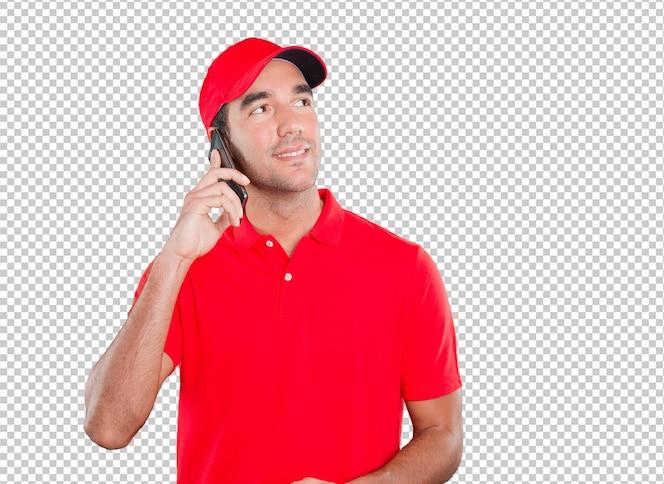 Repartidor con gesto dudoso usando un móvil